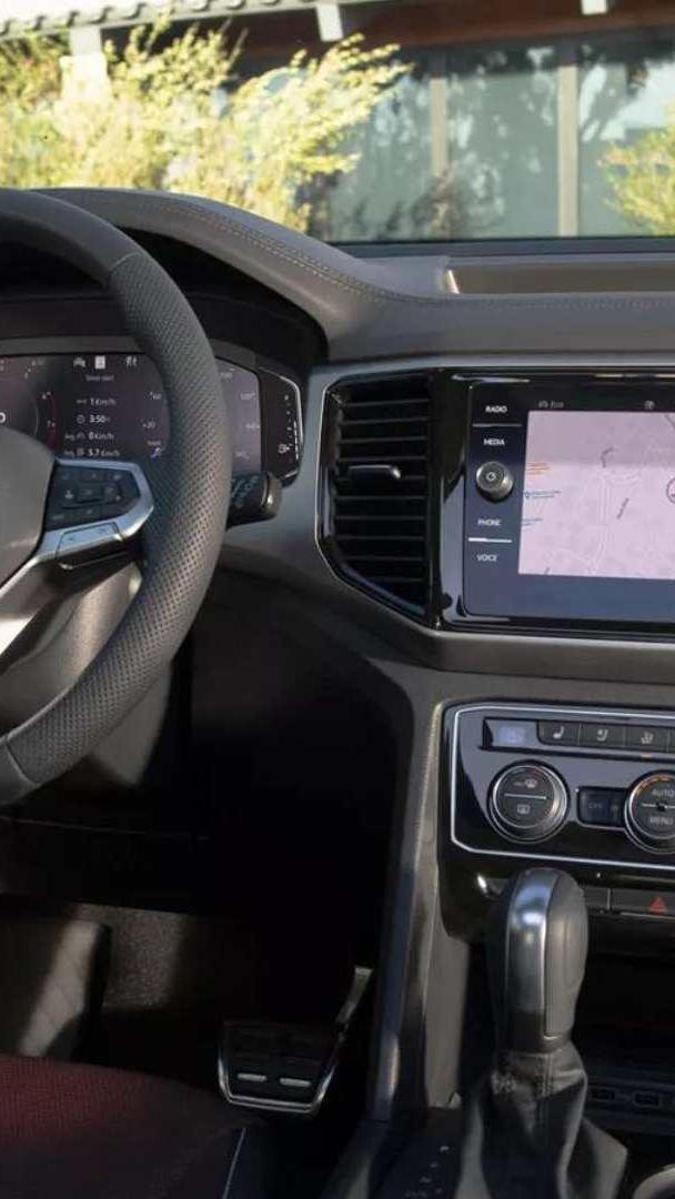 Imagen del interior de una SUV Volkswagen con sistema de transmisión Tiptronic