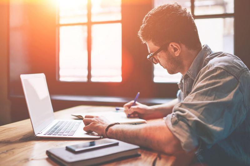 Zu sehen ist ein Mann an einem Computer, der gerade einen Förderantrag stellt.