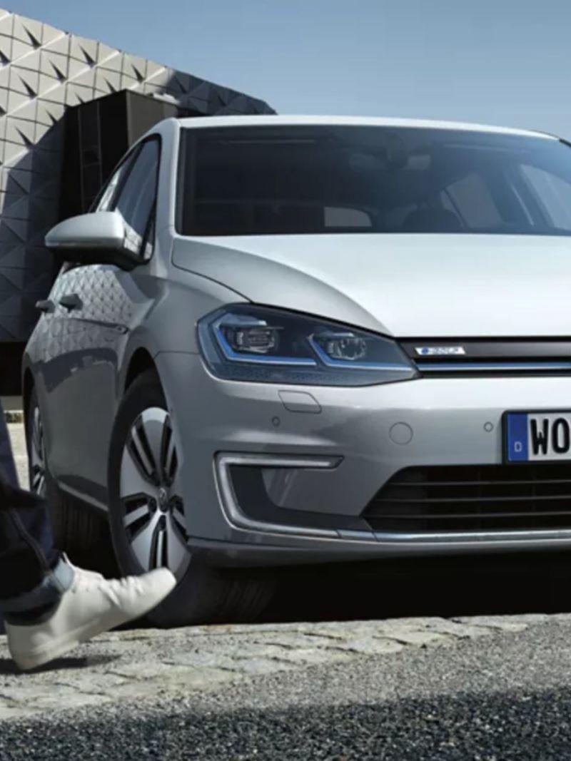e-Golf de Volkswagen en color plateado, parte de la gama de autos eléctricos VW