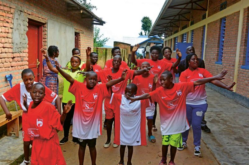 I december 2019 överlämnade Tore Lund, CSR-ansvarig i Kopparbergs/ Göteborg FC, 60 matchdräkter och lika många par skor till tjejer i Rwanda med funktionsvariationer.