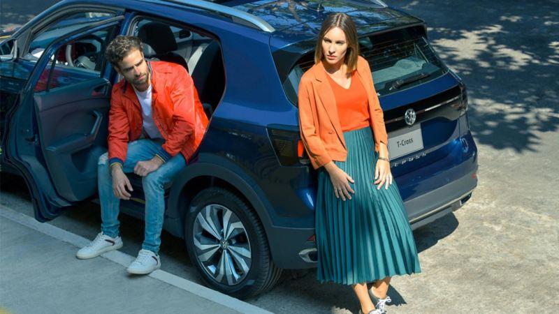 T-Cross de Volkswagen, el mejor SUV de Latinoamérica estacionado con pareja recargada en su exterior