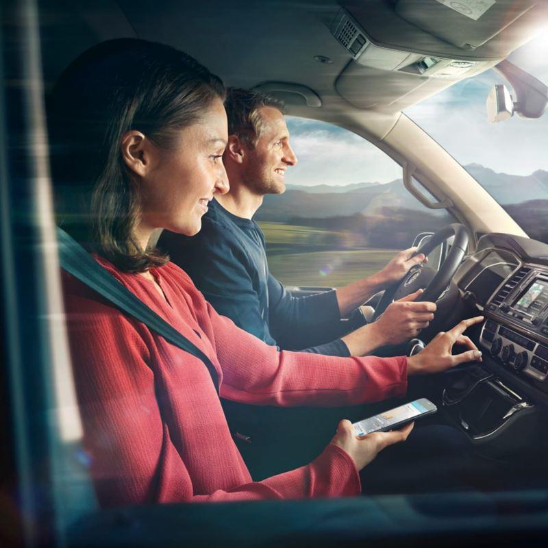 Due persone nella cabina di un veicolo.