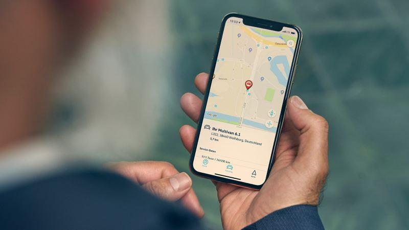 Un homme vérifie la position de stationnement de son véhicule à l'aide de l'application We Connect et du service «Position de stationnement».