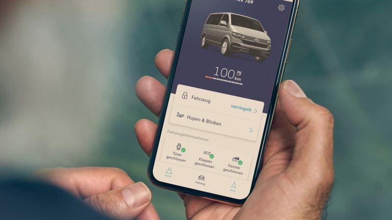 Auf dem Display eines Handys wird die Home Screen der App angezeigt.