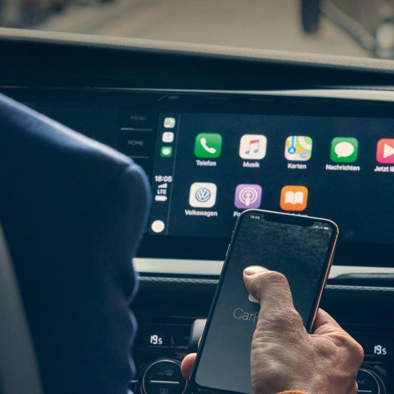 Smartphone vor Apple CarPlay