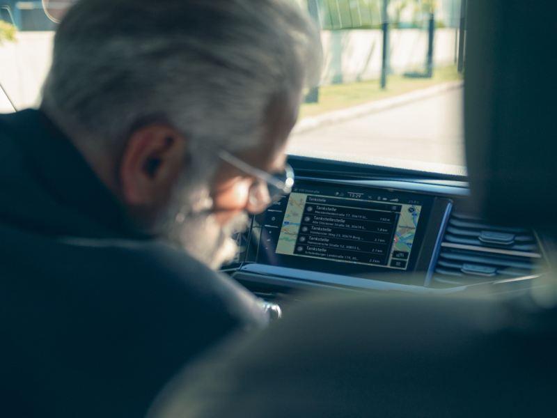 Ein Mann sitz auch dem Fahrerplatz und aktualisiert seine Karten.