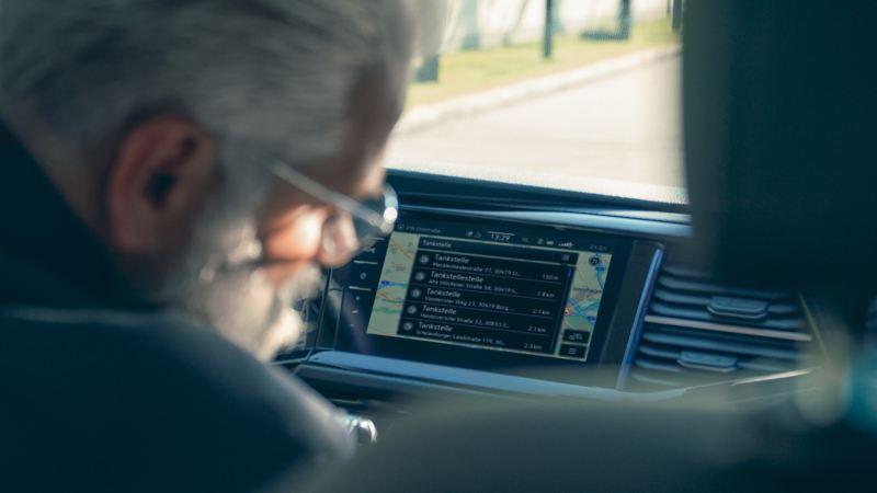 Le système de navigation d'une Volkswagen indique les stations-service et les stations de recharge les plus proches.