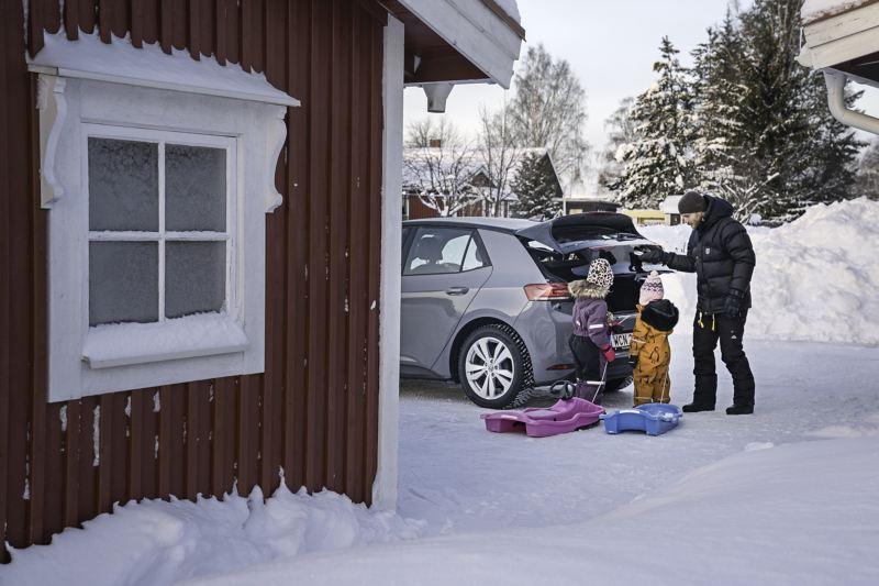 Oscar Möller med familj lastar VW ID.3 med pulkor