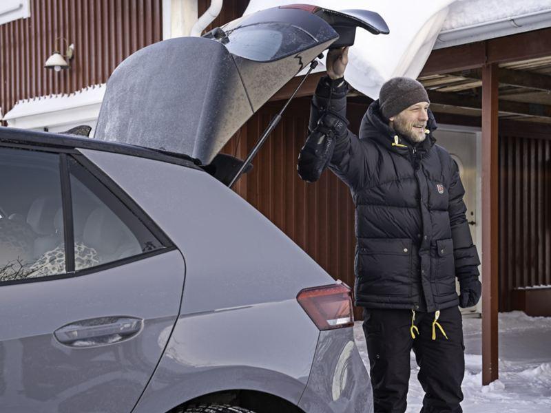 Oscar Möller står vid bakluckan på VW ID.3