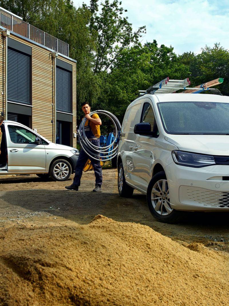 De nieuwe Volkswagen Caddy Cargo aan het werk op een werf.