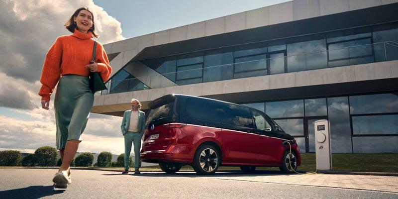 Le nouveau VW Multivan se trouve à une borne de recharge et est en cours de recharge.