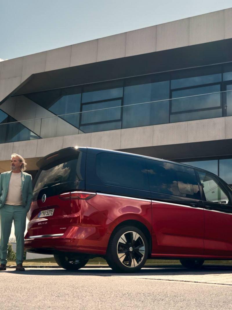 Der neue VW Multivan steht an einer Ladestelle und wird geladen.