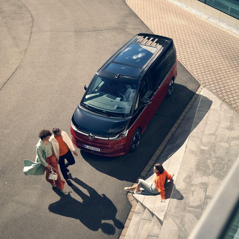 Bildet viser den nye Volkswagen T7 Multivan ehybrid ladbar hybrid i sort og rød lakkfarge