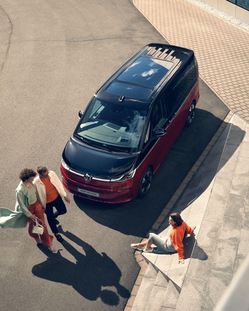 Grupa ludzi przed VW Multivan Style widziana z ukosa od góry