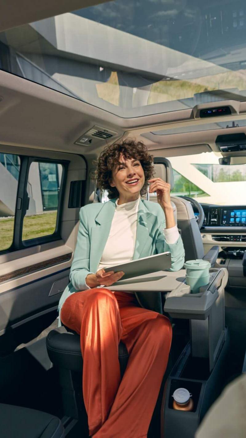 Zwei Journalisten sitzen in einem VW Multivan.