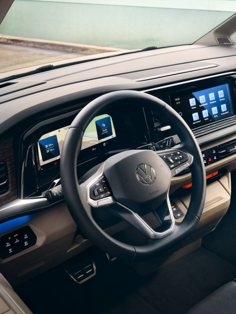 Bildet viser ambientbelysning i førerhuset på den nye Volkswagen T7 Multivan ehybrid ladbar hybrid