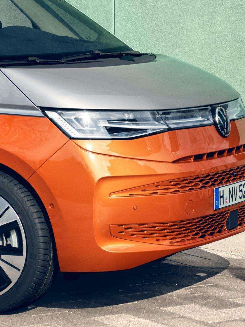 Bildet viser IQ Matrix hovedlys på den nye Volkswagen T7 Multivan ehybrid ladbar hybrid i orange og grå