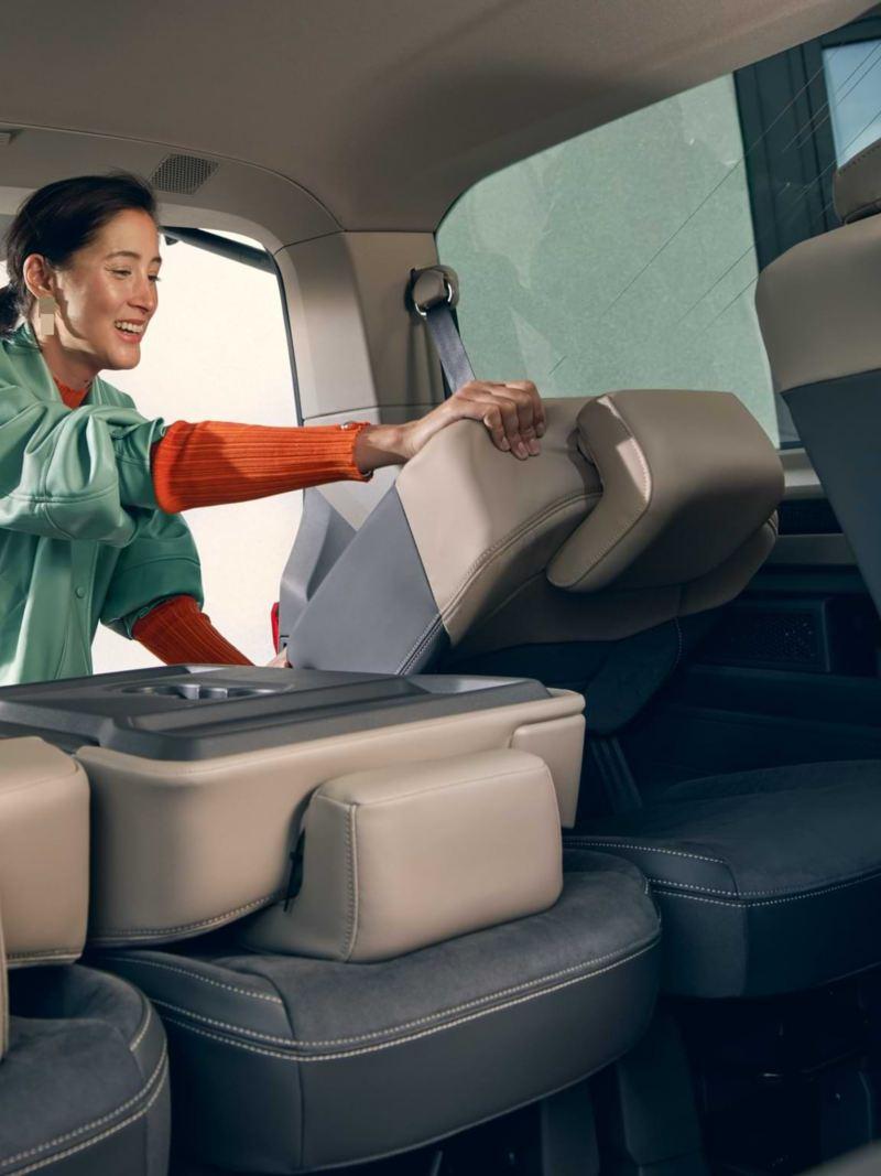 Bildet viser seteløsninger i den nye Volkswagen T7 Multivan ehybrid ladbar hybrid