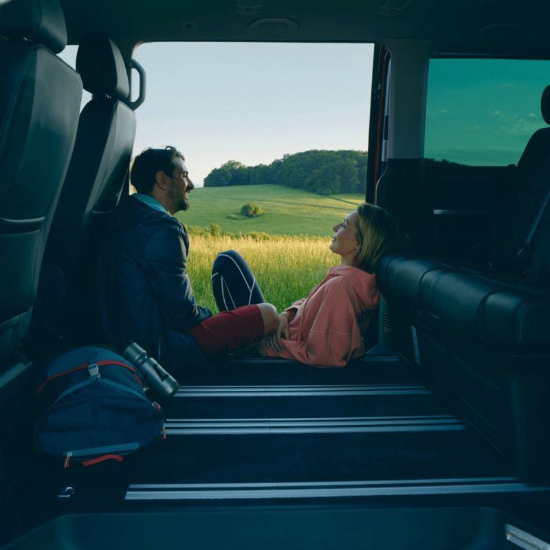 vw Volkswagen Nyttekjøretøy samfunnsansvar sustainability multivan bobil familiebil happy couple par kjærester natur biltur
