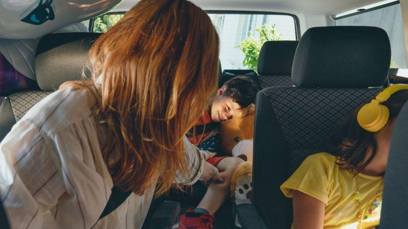 vw Multivan Volkswagen betalingsforsikring forsikring bilforsikring bruktbilforsikring familietur biltur hodetelefoner mamma og barn kosebamse