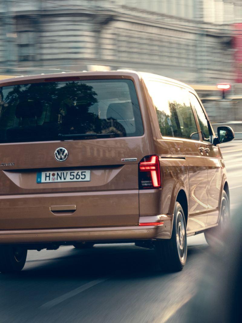 Ein Volkswagen Multivan 6.1 von hinten auf einer Straße.