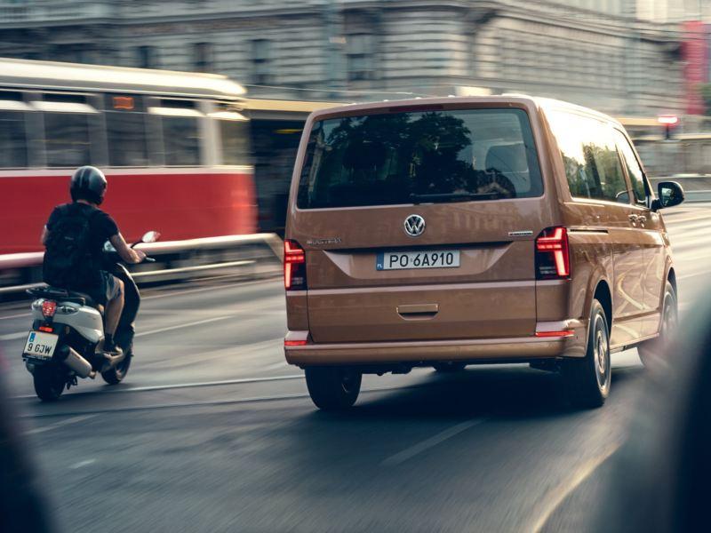 Volkswagen Multivan 6.1 Comfortline w ruchu ulicznym wśród innych pojazdów.