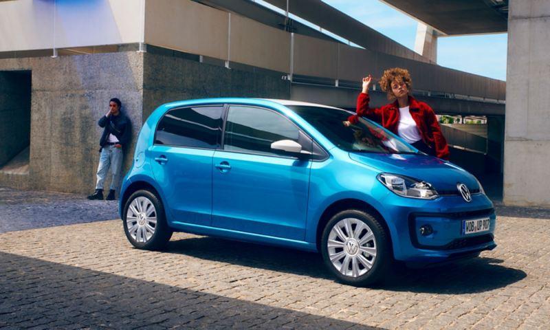 eine Frau steht neben einem blauen up!