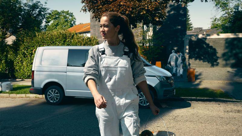 A painter walking passed a Transporter 6.1 kombi
