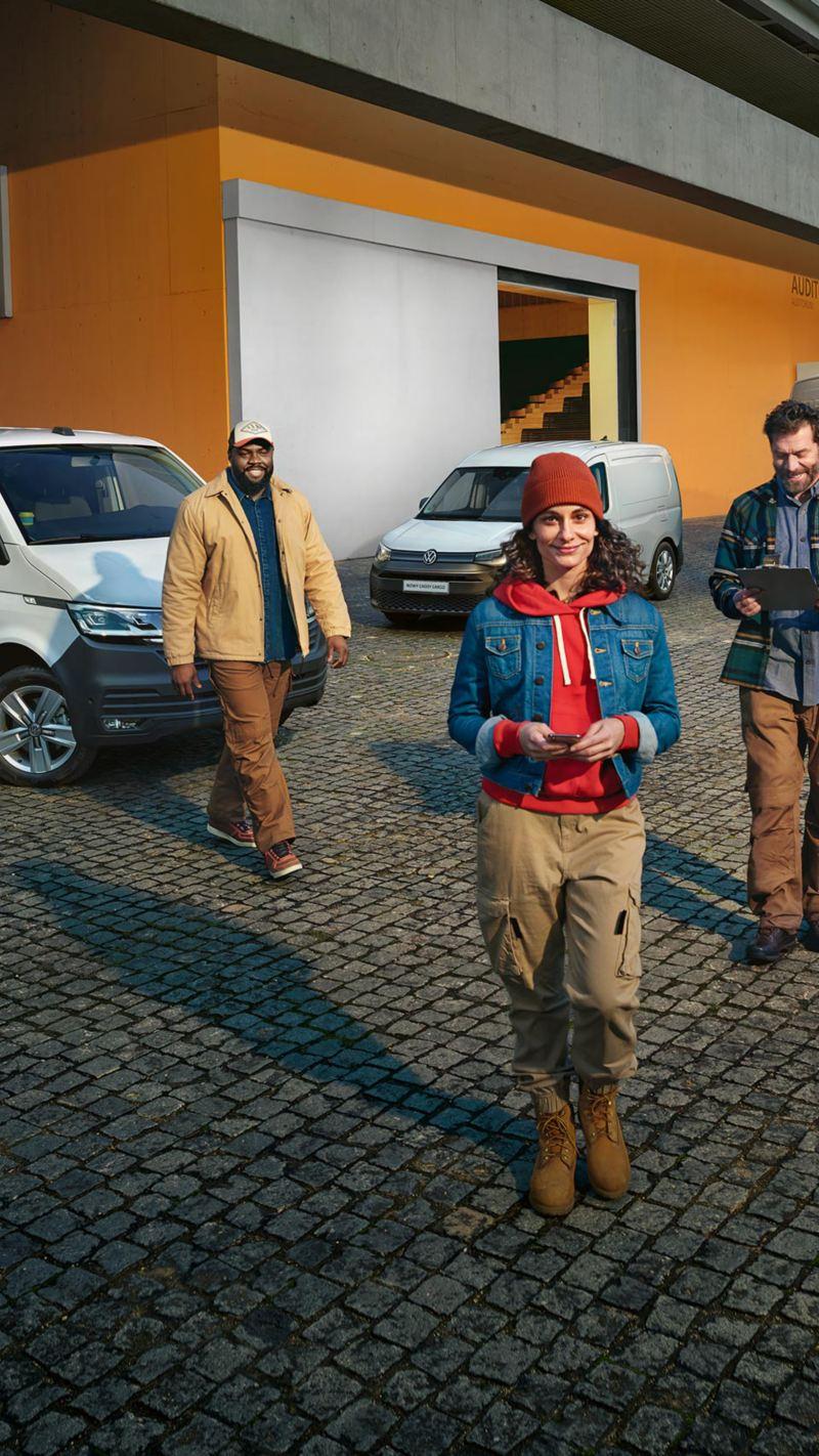 Przedsiębiorcy przed samochodami dostawczymi Volkswagen