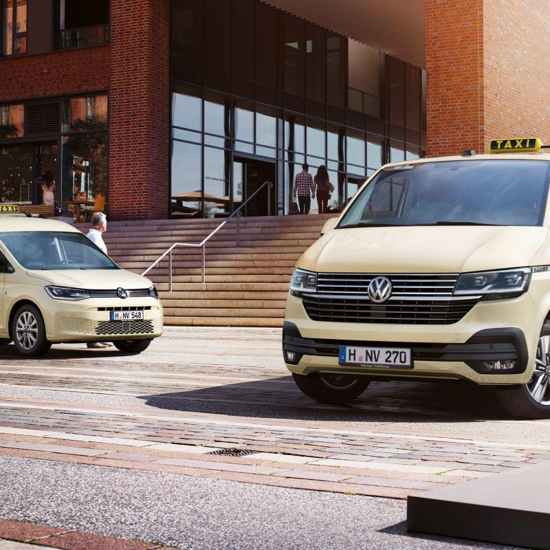 Die Volkswagen Nutzfahrzeuge Caddy und Caravelle 6.1 als Taxen.