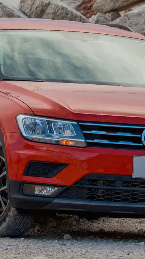 Tiguan SUV de Volkswagen en color rojo tornado estacionado sobre terracería