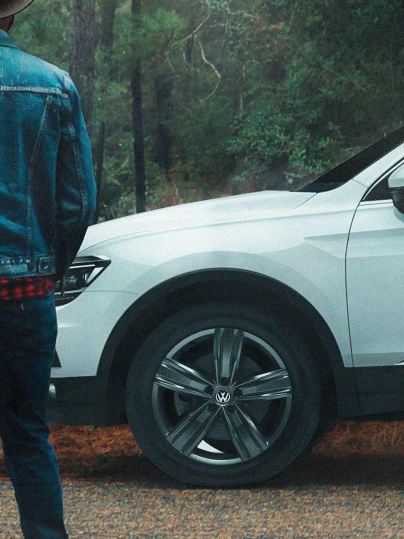 Hombre parado frente a Tiguan 2020, SUV familiar reconocida por su seguridad y tecnología