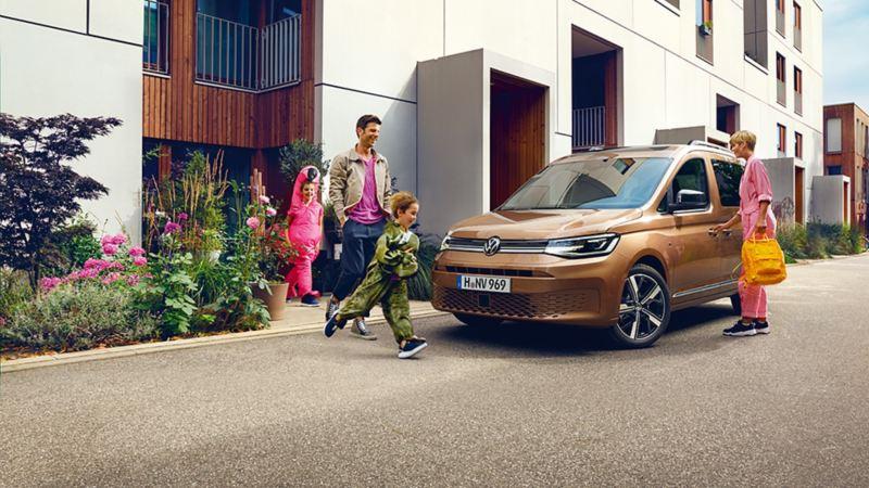 Una famiglia sale sul suo Nuovo Caddy Volkswagen acquistato grazie agli ecoincentivi statali