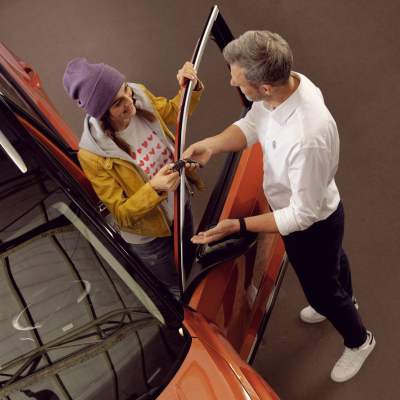 Pracownik VW i klient wsiadający do VW