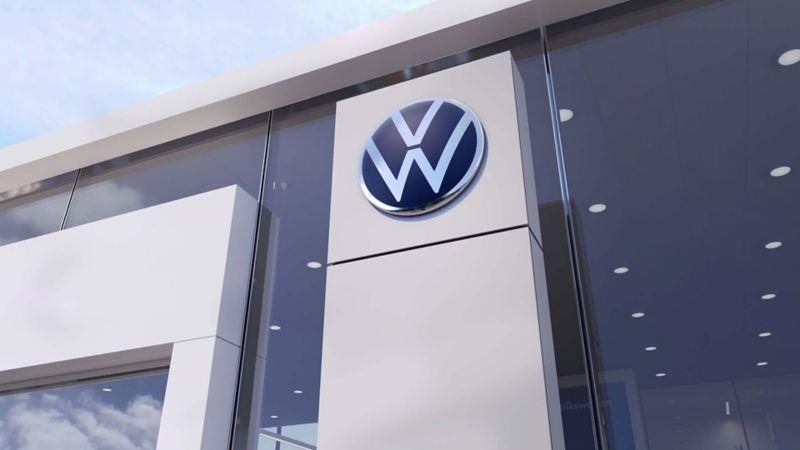 Il logo Volkswagen all'esterno di una concessionaria