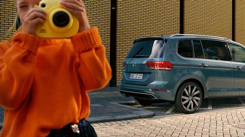 Volkswagen grigia in sosta