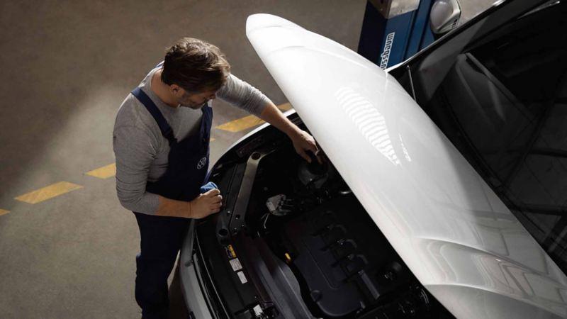 Un meccanico di Volkswagen Service mentre effettua il controllo di un veicolo.