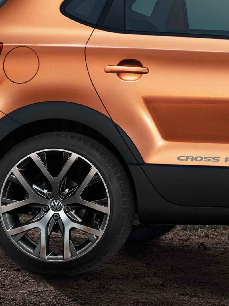 Vista Laterale posteriore di una Volkswagen Cross Polo 5 arancione