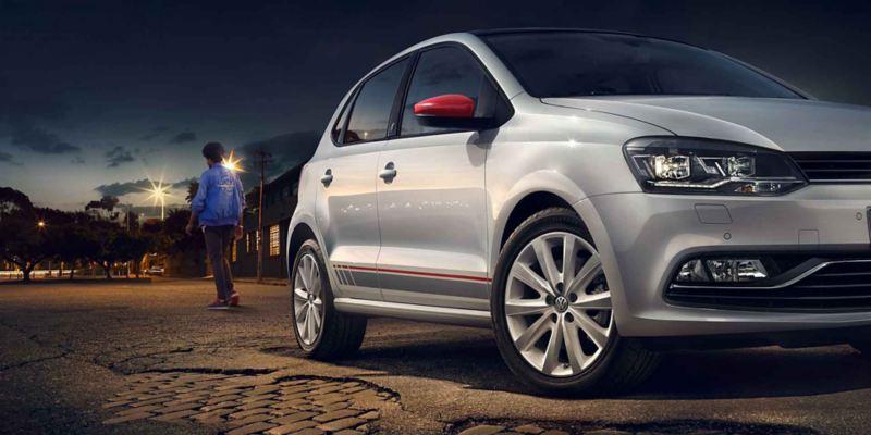 Vista laterale Volkswagen Polo bianca