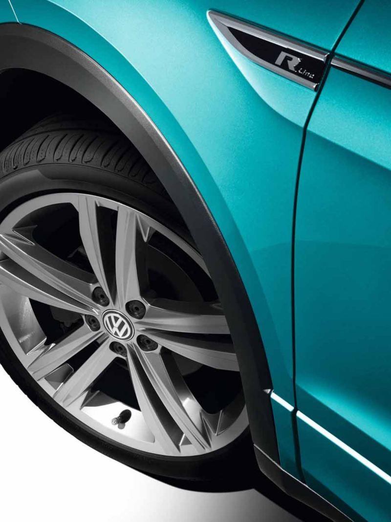 Dettaglio della ruota di una Volkswagen con allestimenti R Line, con cerchi in lega.