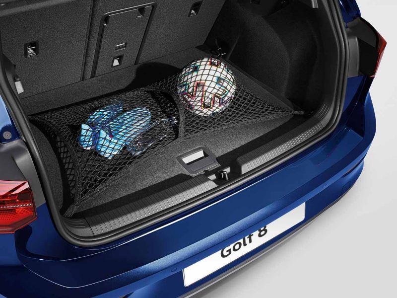 Dettaglio della rete fermacarico per il vano bagagli originale Volkswagen, montato in una Golf 8.