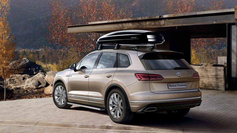 Vista 3/4 posteriore di Volkswagen Nuova Touareg parcheggiata in un piazzale.
