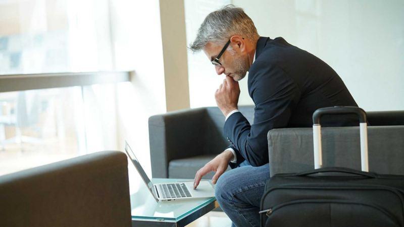 Un cliente presso un centro Volkswagen Service utilizza la connessione Wi-Fi gratuita per lavorare al computer aspettando la riconsegna della sua auto