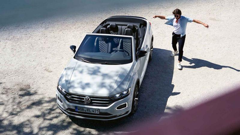 Vista frontale dall'alto di Volkswagen T-Roc Cabriolet.