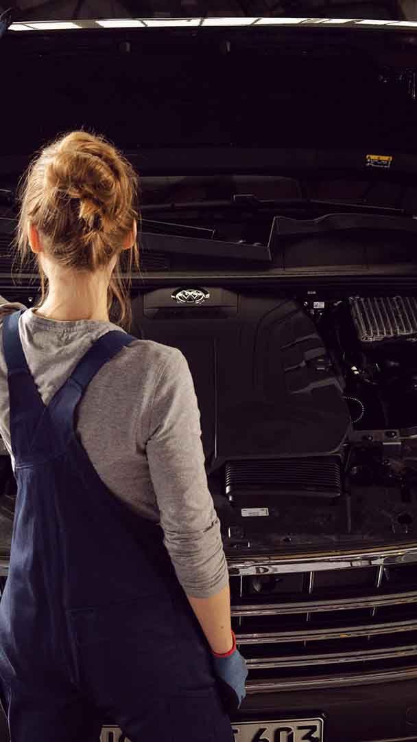 Un meccanico ispeziona il motore di una Volkswagen.