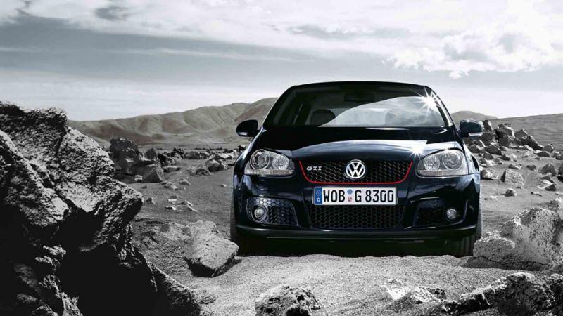 Vista frontale di Volkswagen Golf 5 GTI in un paesaggio roccioso.