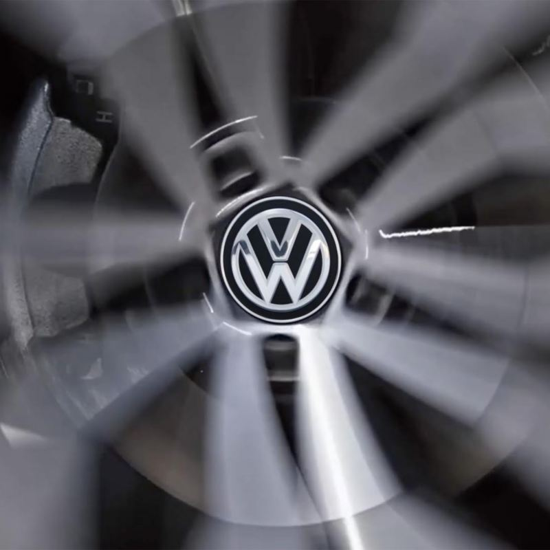 Dettaglio del coprimozzo dinamico di una Volkswagen.