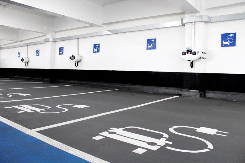 Parkplätze für Elektroautos in einer Tiefgarage.