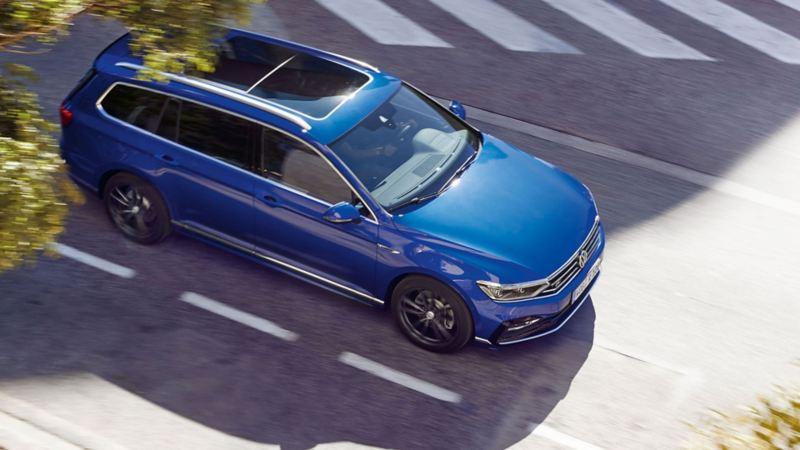 Um SUV VW azul a percorrer a estrada.