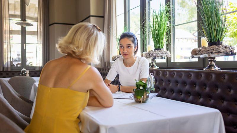Marilena Bachmann conseille un client à une table